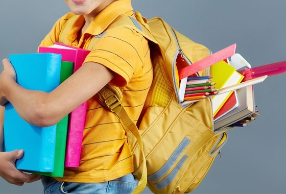 Controle o peso da mochila do seu filho