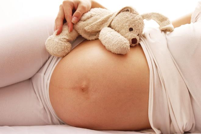 Obstetra dança com gestantes na hora do parto